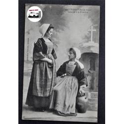 """CARTE POSTALE ANCIENNE """"Jeunes filles de Baud - Causerie à la fontaine"""""""